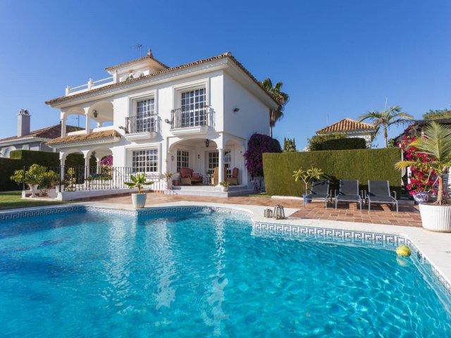 Las Brisas, Nueva Andalucia, Villa 4 Dormitorios con Excelente Localización.
