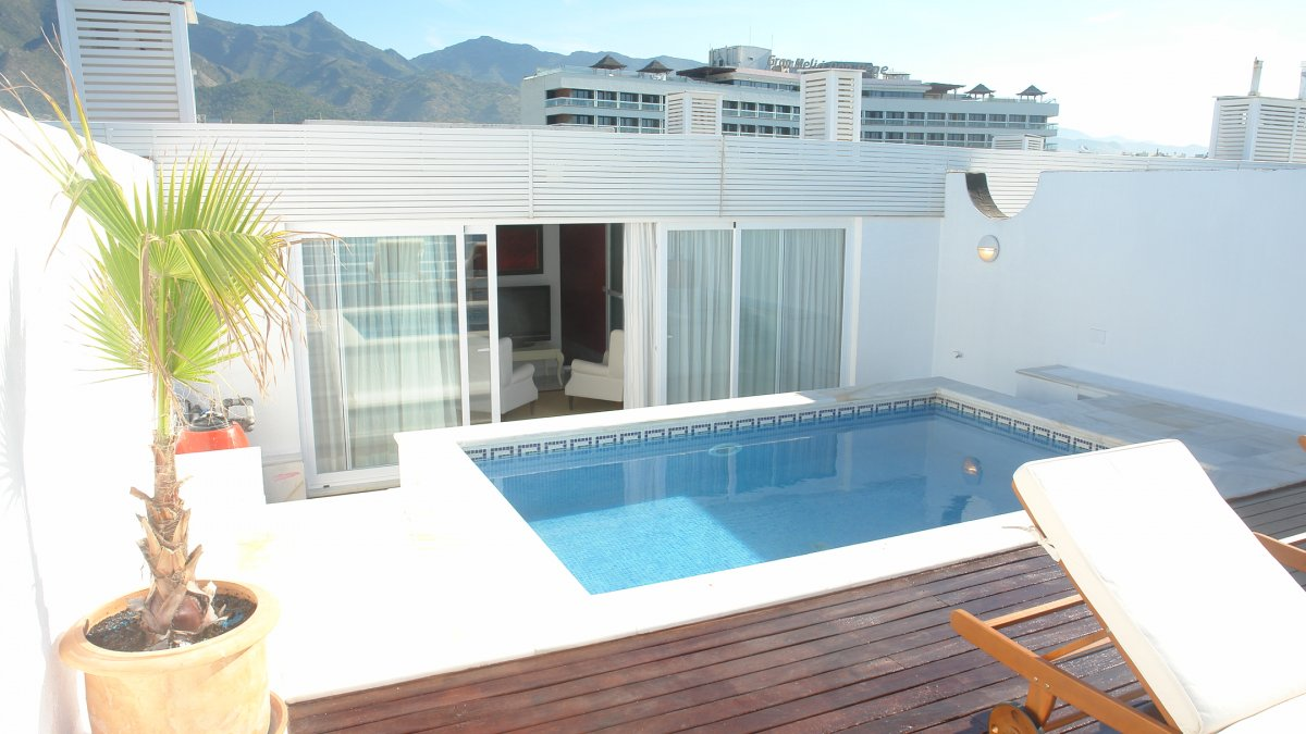 Marina mariola marbella tico 3 dormitorios con piscina for Aticos con piscina